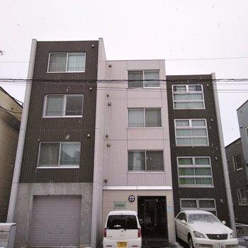 1番右側の窓が特徴的で、段差のようになっている建物