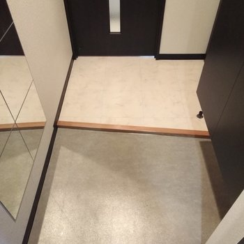 左右非対称な玄関スペース、きれいめで落ち着く〜