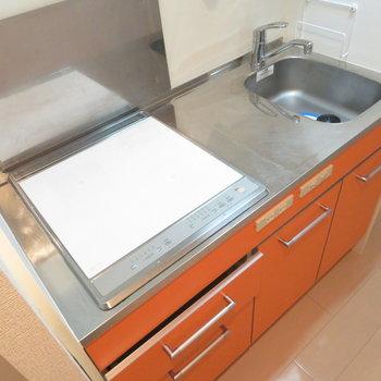 オレンジ色のシステムキッチン(※写真は10階の同間取り別部屋のものです)