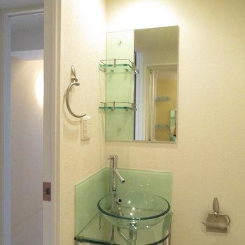 お馴染みガラスの洗面台(※写真は10階の同間取り別部屋のものです)