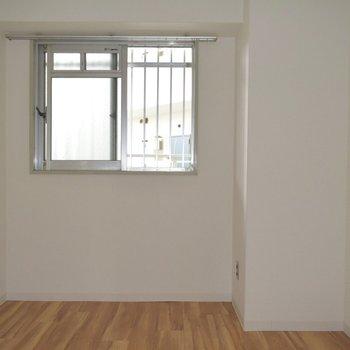 玄関の隣のお部屋ですね。寝室にしたい!(洋室5.5帖)