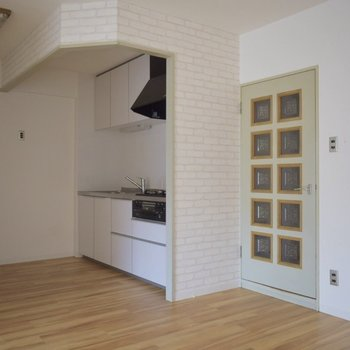 キッチンとドアの柄や色の相性が良い・・!
