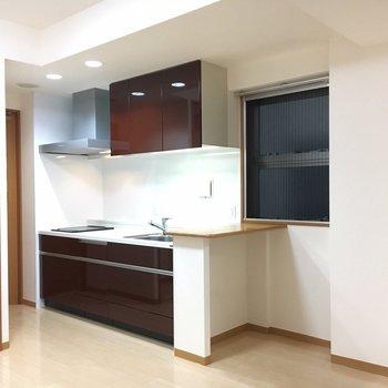 キッチンにはミニカウンターもついてます。(※写真は6階の同間取り別部屋のものです)