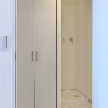 扉を開けると、収納と洗濯機置き場を発見。収納の中には温水器が隠れていました!しっかり隠せているので気にならなそう!