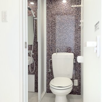 お洒落なトイレ空間。上の小さな収納、助かるなぁ。