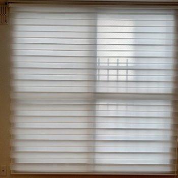 ブラインド付きの大きな窓。
