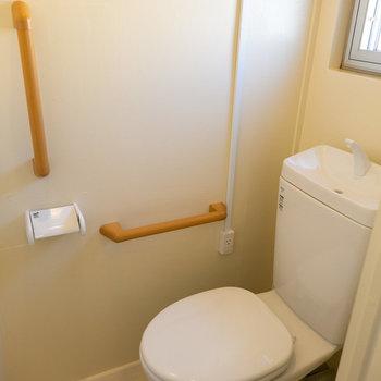 トイレはこちら。窓がついてますよ。