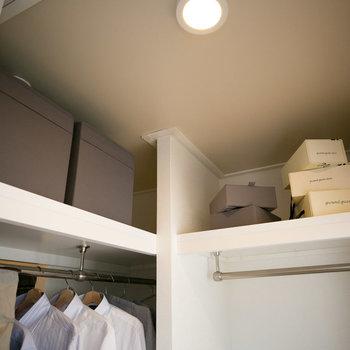 上にも棚があって、たっぷりまとめて収納できます。(写真は同間取りのモデルルームです)