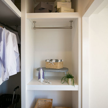 洗濯室の隣はアイロンがけなどにも使えそうな棚がついていますよ。(写真は同間取りのモデルルームです)