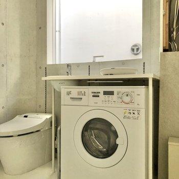 【2F】キッチンの下には洗濯乾燥機が備え付けられています。