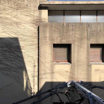 【3F】窓からは建物が見えました。目線はあまり気にならなさそうですね。