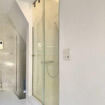 【3F】実はここにシャワールームがあるのです。ガラス張りで映画のようです。