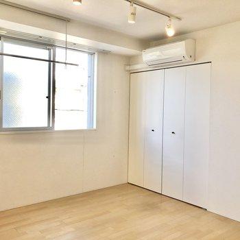 【洋室】こちらの部屋にもエアコンが付いています。