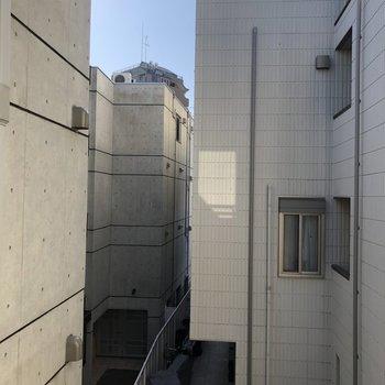 LDKの窓からは共用部が見ます。