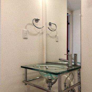 水回りを見ていきましょう。ガラスのスタイリッシュな洗面台です。