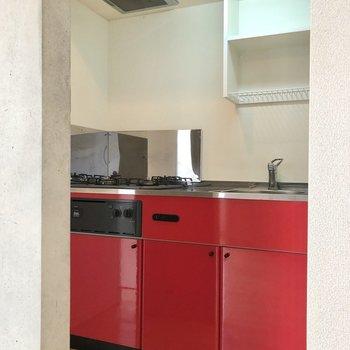 【LDK】続いてキッチンです。これまた赤!
