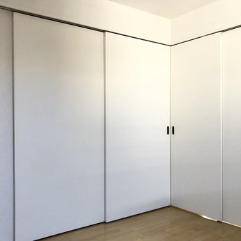 【洋室】続いて引き戸を閉めると出現するお部屋。