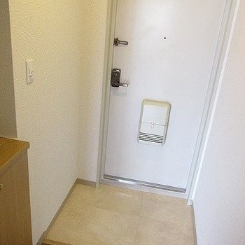 玄関も広めです、シューズボックスもあります。(※写真と文章は反転間取り別部屋のものです)