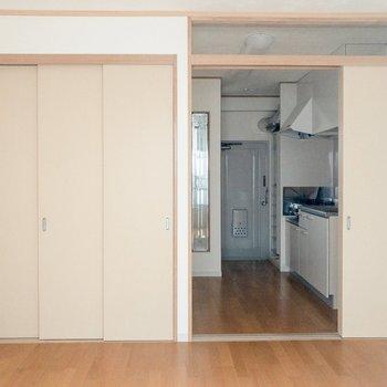窓側から。キッチンと洋室は3枚の引き戸で仕切れます。