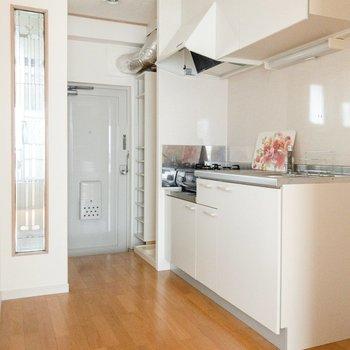 キッチン周辺はスペース広々。