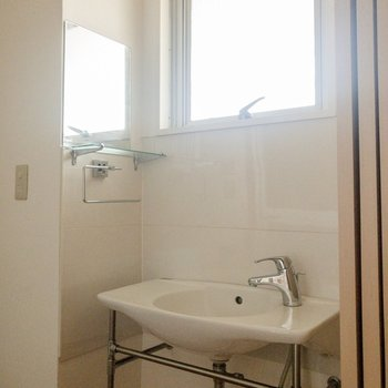 洗面台はシンプル。左側に鏡がありますよ。