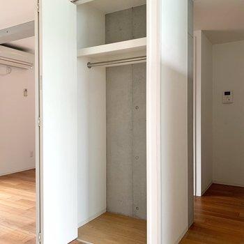 お部屋のおへそ部分の収納は、すこし大きめ。