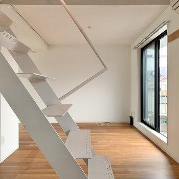 階段の奥、窓の手前にはソファやテーブルを。