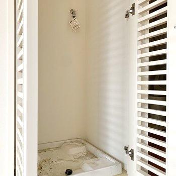 洗濯機置き場は独立していて、扉で隠せます。※写真はクリーニング前のものです