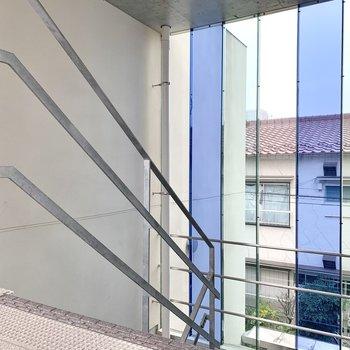 階段はブルーのガラス窓を見ながら上り下り。