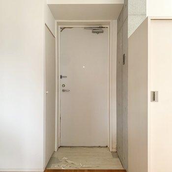 脱衣所を出てすぐ、玄関に来ました。※写真はクリーニング前のものです