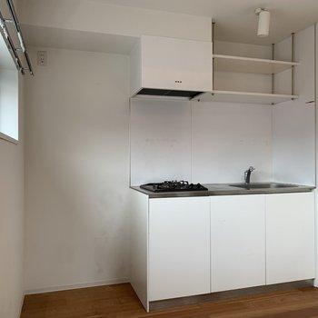 キッチン脇には小窓があり。換気がしやすいですね。