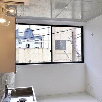 南向きの窓から明るい光がそそぎます。※写真は3階の同間取り別部屋のものです