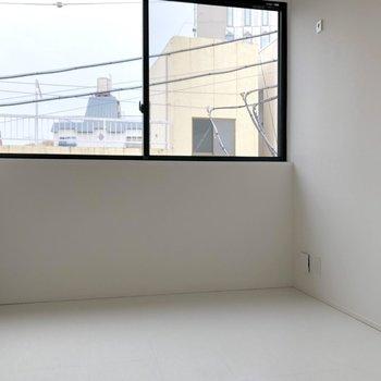 白い床が美しい。※写真は3階の同間取り別部屋のものです