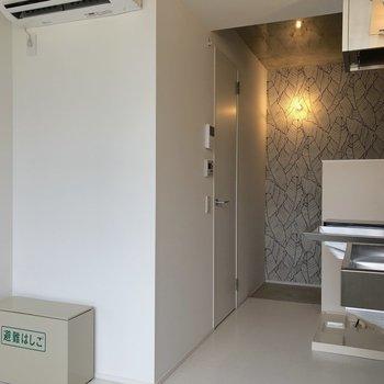 キッチン後ろの白い扉を開けると…※写真は3階の同間取り別部屋のものです