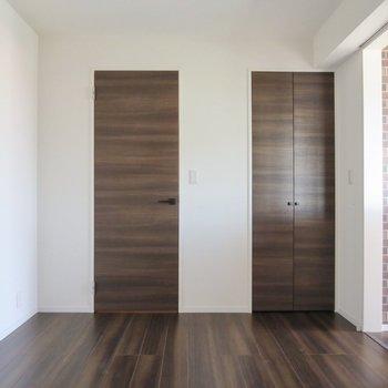 【2階洋室】2つの扉はどちらも収納スペースです
