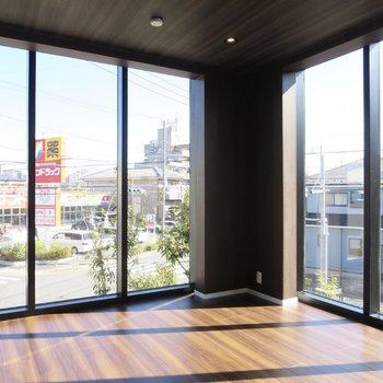 【LDK】これだけ窓が大きいと、開放感がありますね