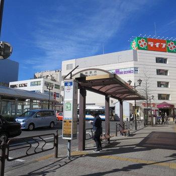 駅前にはたくさんのお店が並んでいます