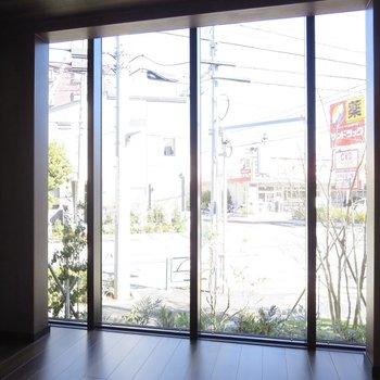 【1階洋室】窓からは緑が見えますよ