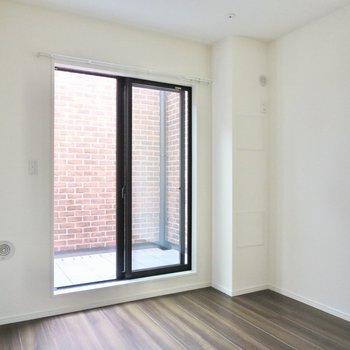 【2階洋室】バルコニーから入る日がやんわりとお部屋を照らします