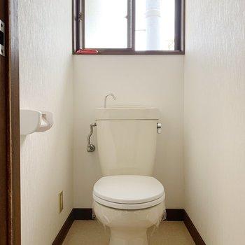 脱衣所を出たところにトイレが。小窓付き!