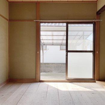 〈1階和室〉リビングに隣接したこちらは茶の間にするのが良さそう。(※写真は畳と襖設置前のものです)
