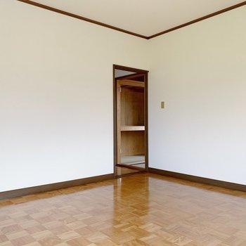 〈2階洋室〉このお部屋には収納ありませんでした。ラックなどあるといいかな。