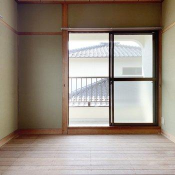 〈2階和室〉窓がたくさんあるのが嬉しい。今日もいい風吹いていました。(※写真は畳と襖設置前のものです)