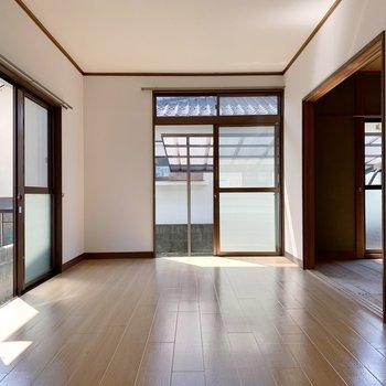 リビングは13.5帖と広々。窓も3つ付いていて、日当たりもよいですよ。