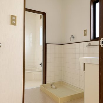 脱衣所は廊下とも繋がっていて、どちらからもアクセス可能◎
