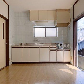 横にどーんと大きいキッチン。左側には脱衣所があります。