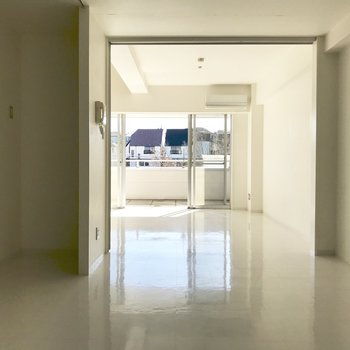 【LDK】奥のお部屋から見てみましょう※写真は2階の同間取り別部屋、通電前のものです