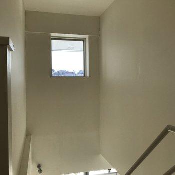 のぼったところに小窓がチラッ※写真は2階の同間取り別部屋のものです