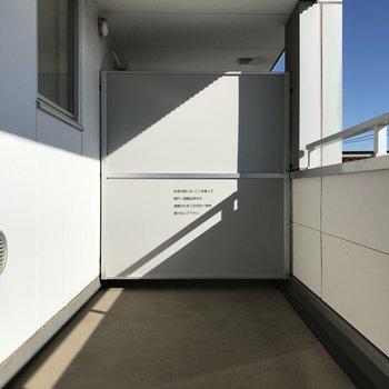 【上階】広々バルコニー!※写真は2階の同間取り別部屋のものです