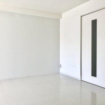 【LDK】キッチンの反対側。ダイニングテーブルをおこうかなっ※写真は2階の同間取り別部屋、通電前のものです